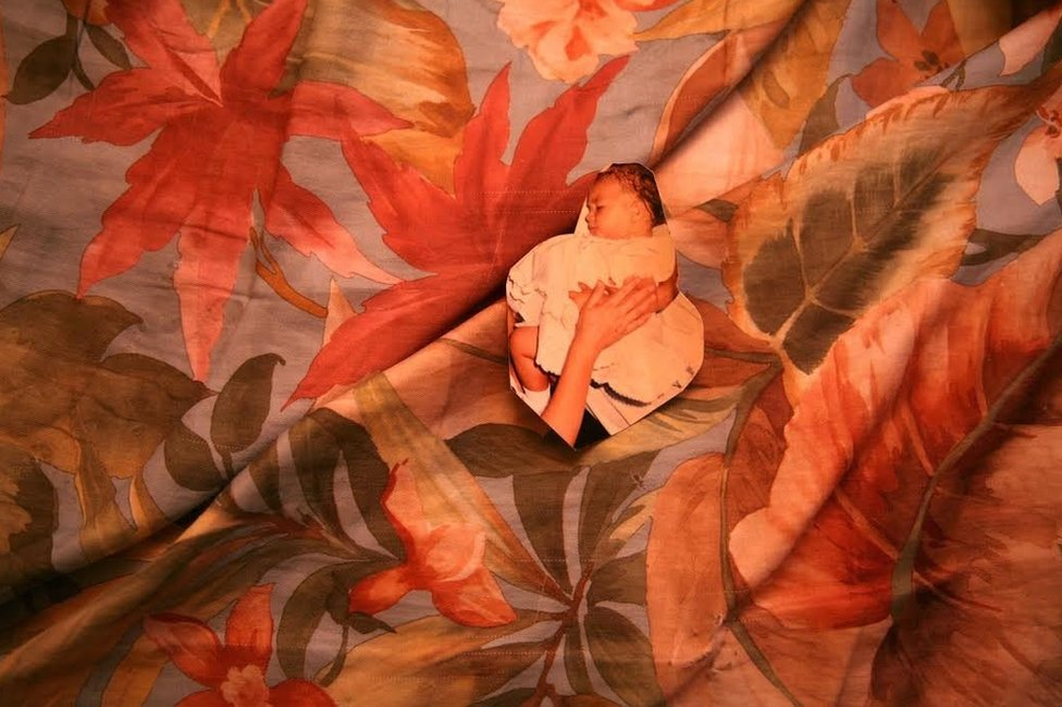 """Nacida en Ciudad Juárez, a Mayra Martell la inquietaban los carteles pegados en las calles con las fotos y los nombres de las mujeres. """"Cada vez que las miraba, enmudecía hasta el alma. Desde ese momento, no he dejado de sentir ese vacío"""", dice. Su proyecto fotográfico comenzó en 2005, pero continuó por muchos años. Esta es una fotografía de bebé de Griselda Muroa López, desaparecida en 2009 a sus 16 años. La mayoría de las víctimas de Juárez tenía entre 15 y 25 años al momento de su desaparición."""