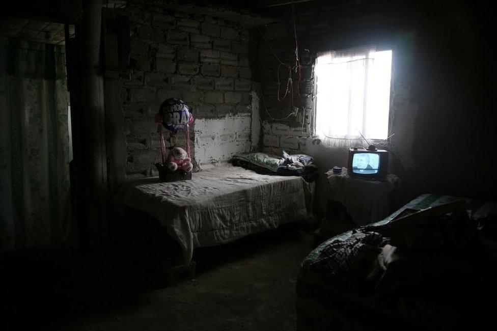 """""""De los primeros casos que documenté, curiosamente, las mujeres tenían mi edad. Visitar sus habitaciones me hacía recordar a mí misma hace algunos años"""", dice Martell. Cinthia Jacobeth Castañeda Alvarado, de 13 años, desapareció en 2008 en el centro de la ciudad. Se estima que cientos de mujeres han fallecido víctimas de la violencia en la localidad durante las últimas dos décadas."""