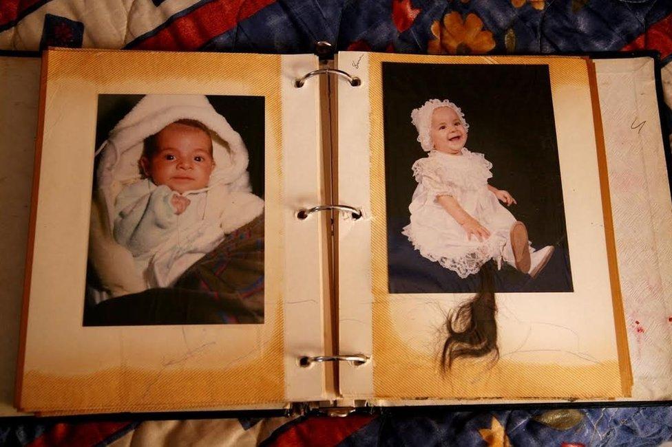 """""""Quisiera decir que lo siento profundamente. Repetirlo tantas veces casi como una plegaria para que la tristeza se vaya. Pero sé que no sucederá nada. Así que sólo encuentro esta manera de acompañar a las mujeres que compartieron conmigo los últimos recuerdos de sus hijas"""". Esta foto corresponde al álbum de Paulina Luján: desapareció el 10 de marzo del 2008, a los 16 años."""