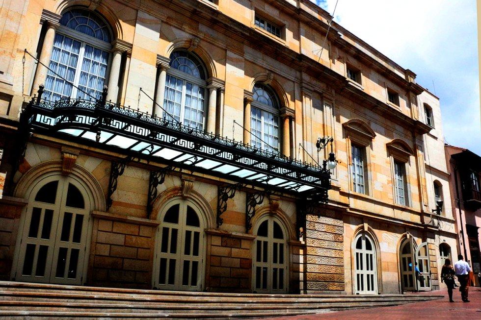 El Teatro Colón fue construido entre 1885 y 1895 por el arquitecto italiano Pietro Cantini.