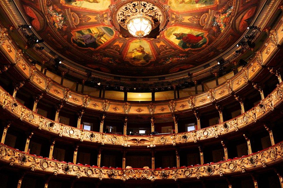 El plafón del teatro, elaborado por Filipo Mastellari y Giovanni Menarini, representa a seis de las nueve musas griegas.