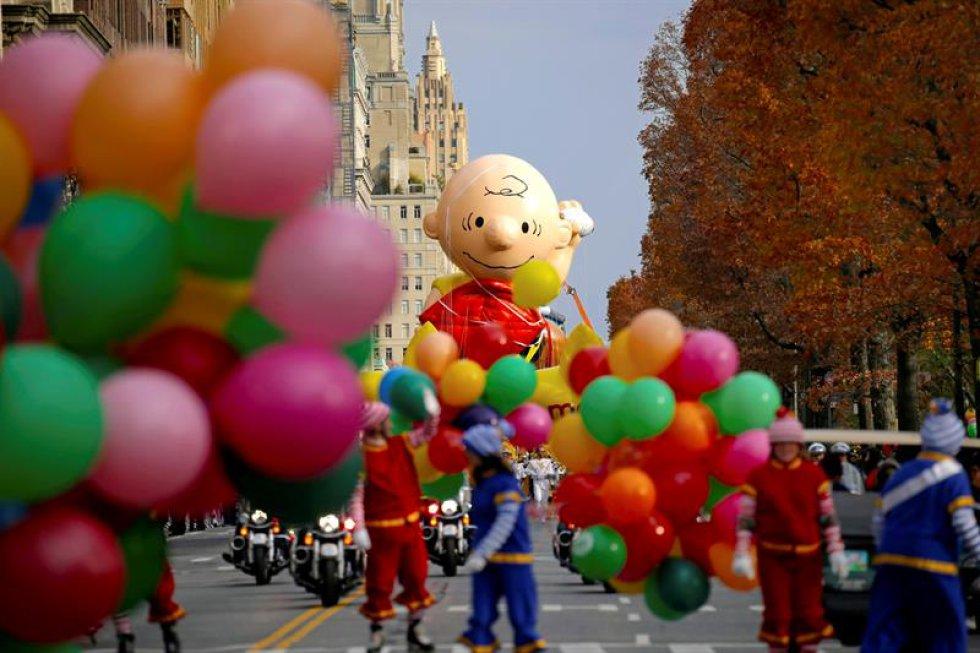 Dieciséis muñecos de helio gigantes, decenas de carrozas y globos, y más de mil bailarines y animadoras acompañados de bandas adornaron la ciudad y entretuvieron al público.