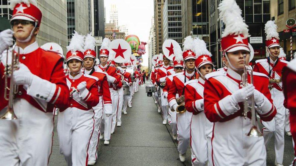 Una banda de múscia participa en el desfile del Día de Acción de Gracias en Nueva York, Estados Unidos.