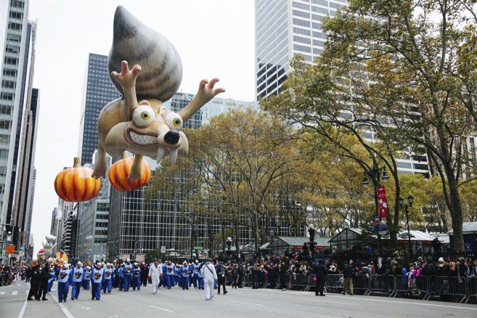 El globo de Scrat (de La Era del Hielo) durante el desfile del Día de Acción de Gracias en Nueva York, Estados Unidos,