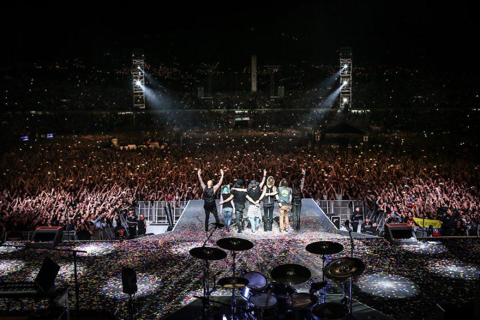 Eran las 9:05 de la noche, cuando unas 40 mil personas adentro del estadio Atanasio Girardot de Medellín, terminaron la espera de 24 años sin ver a estas leyendas del rock… Guns N' Roses.