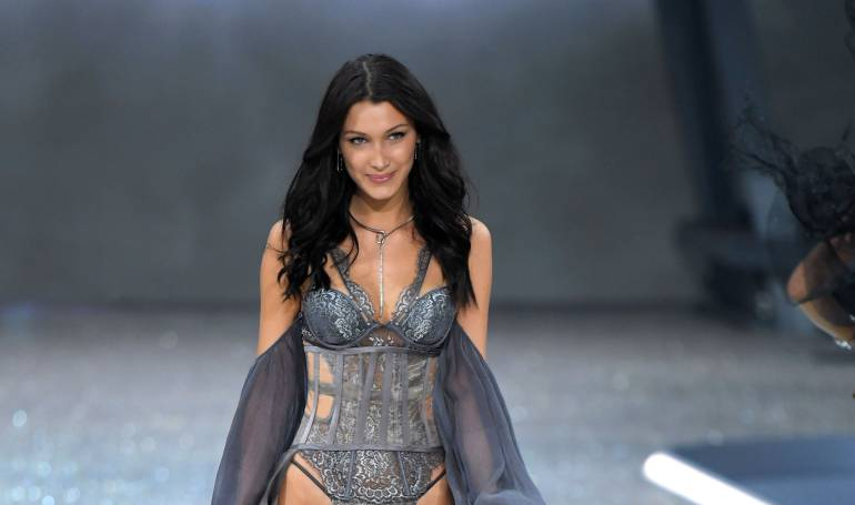 Victoria's Secret 2016 Bella Hadid y The Weeknd: [Fotos/video] El incómodo momento de Bella Hadid en la pasarela de Victoria's Secret