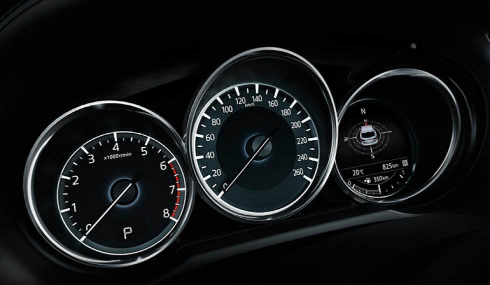 El carro cuenta con 6 airbags, sistemas de frenos ABS, EBD y BA, Control Dinámico de Estabilidad (DSC) y Control de Tracción (TCS).