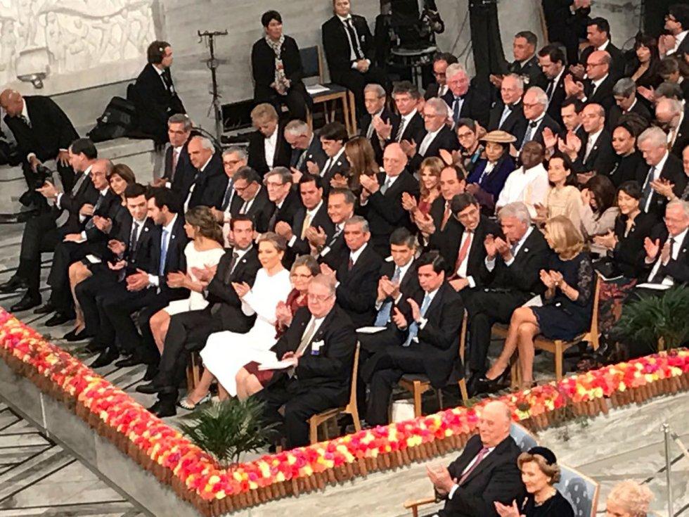 En una majestuosa ceremonia y acompañado de su familia e invitados, el jefe de Estado recibe el galardón.