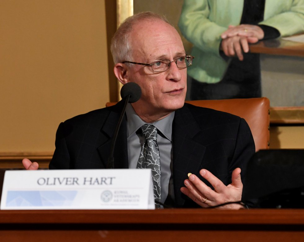Oliver Hart, Nobel de Economía, otorgado por sus contribuciones a la teoría del contrato, a mejorar la comprensión de los efectos de los acuerdos laborales.
