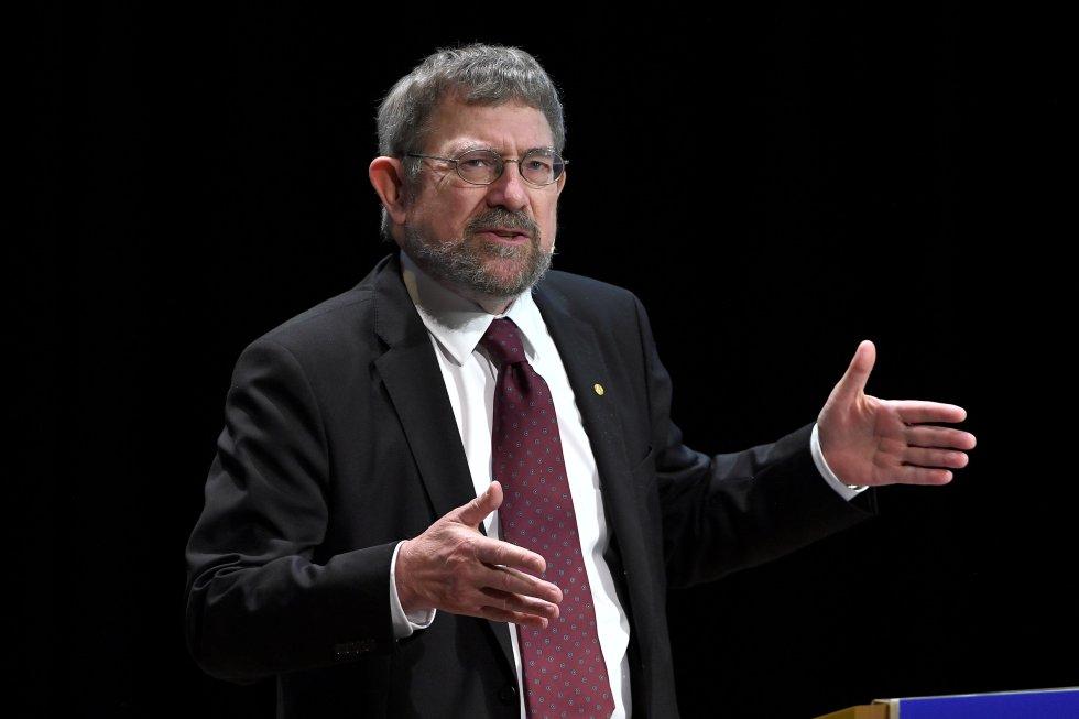 """Michael Kosterlitz, Nobel de Física otorgado por """"los descubrimientos teóricos de las transiciones de fase topológica y fases topológicas de la materia""""."""