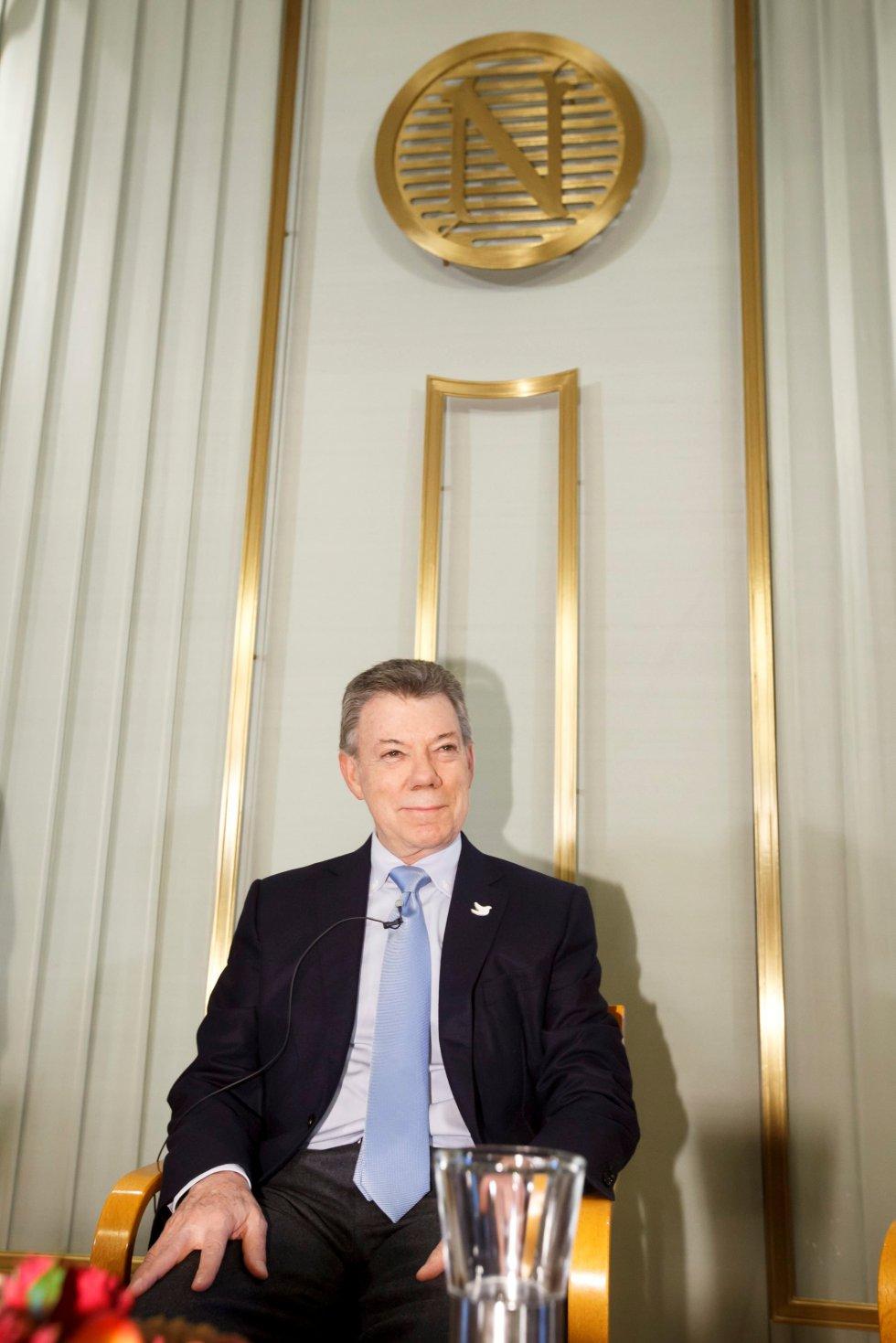 """Juan Manuel Santos, Nobel de la Paz, otorgado """"por sus decididos esfuerzos para terminar con más de 50 años de guerra en el país""""."""