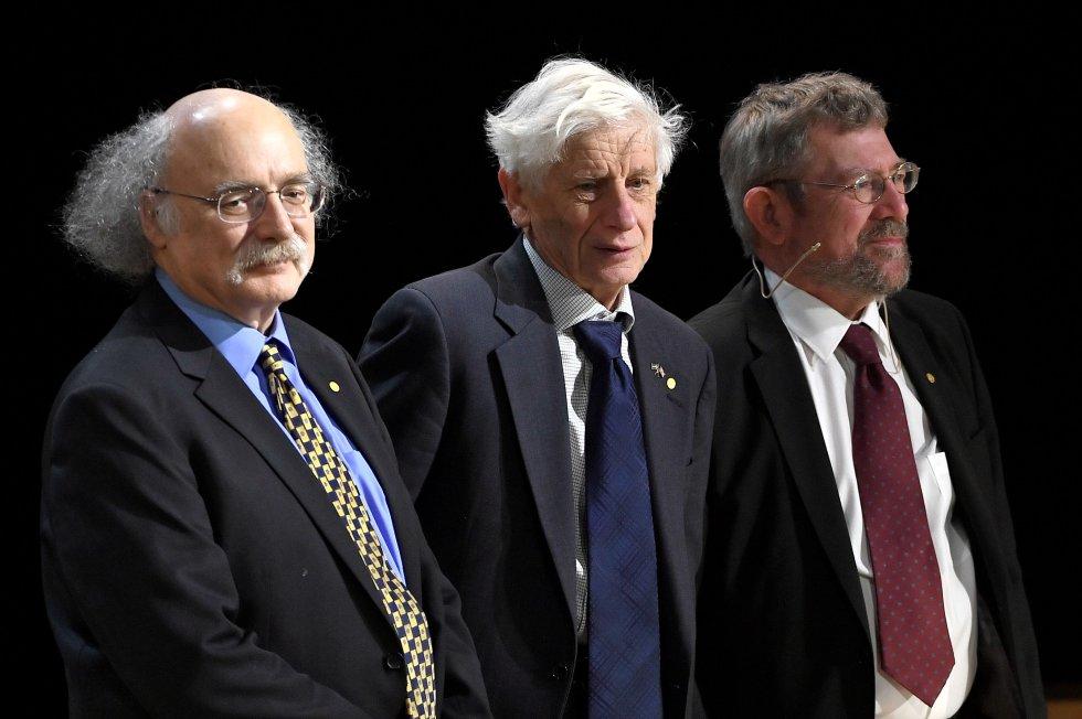 """Duncan Haldane (izq), David Thouless (centro) y Michael Kosterlitz (der),  Nobel de Física otorgado por """"los descubrimientos teóricos de las transiciones de fase topológica y fases topológicas de la materia""""."""