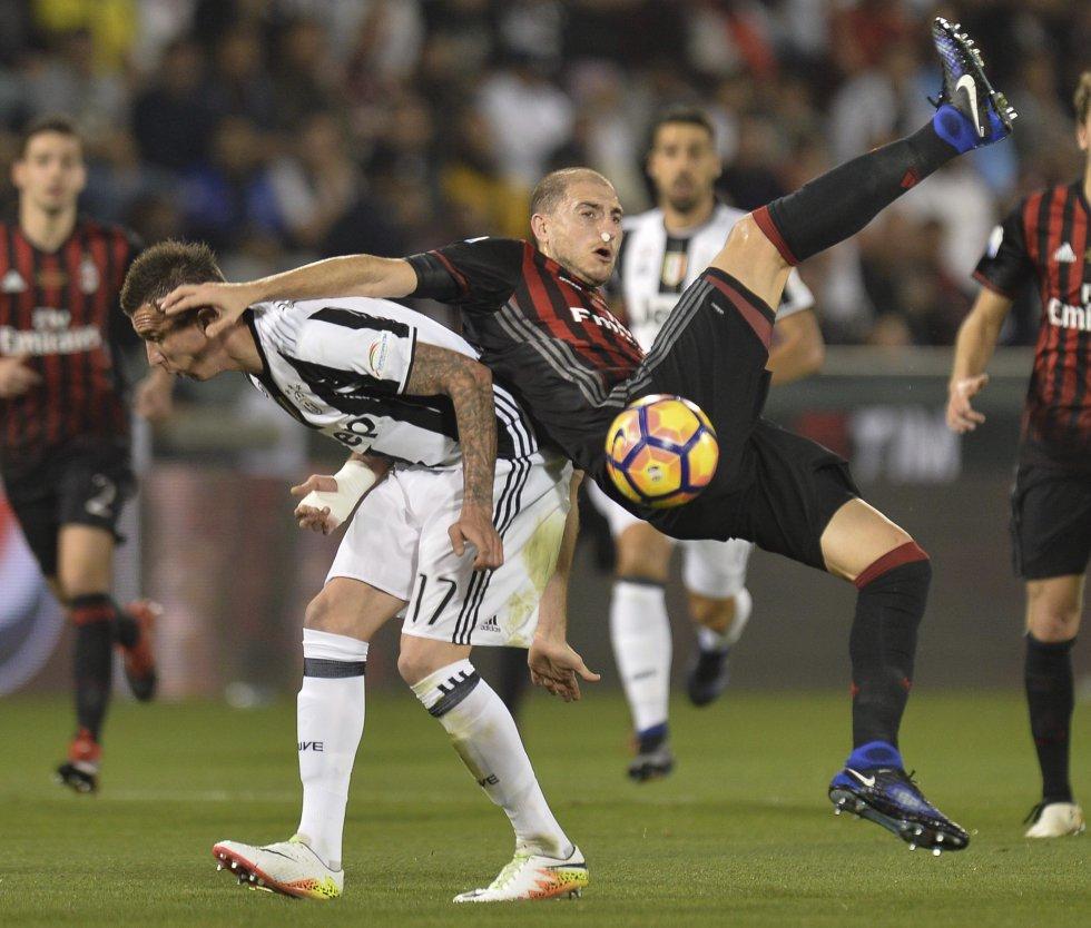 Mandzukic y Paletta en la disputa por el balón en la Supercopa de Italia.