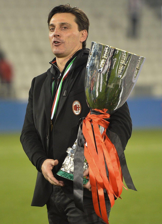 Montella con el trofeo de la Supercopa de Italia.