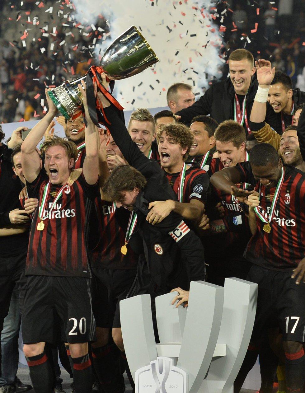 Los jugadores de Milan levantando el trofeo de campeones de la Supercopa Italia.