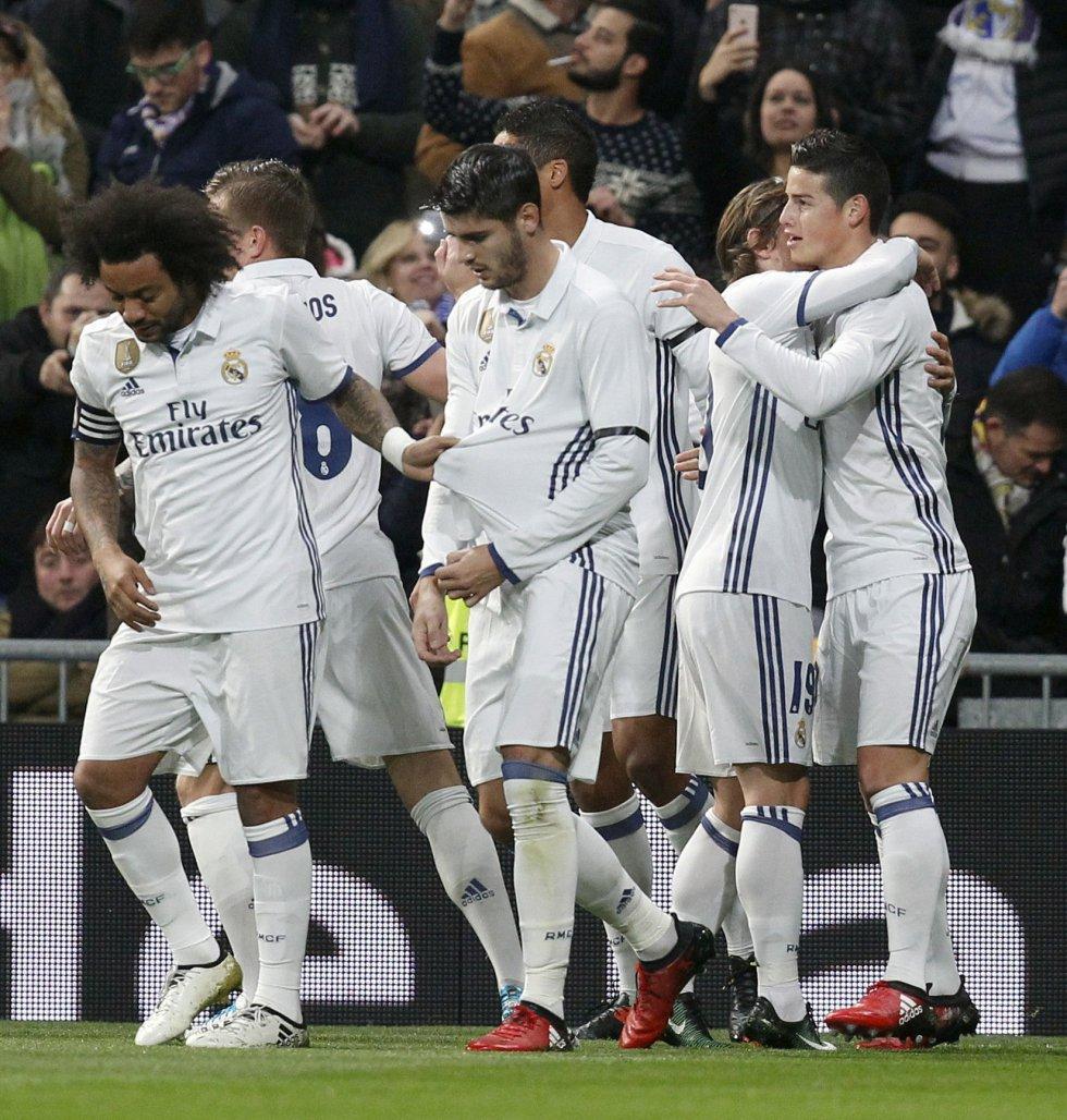 James celebra el primer gol del partido junto a sus compañeros.