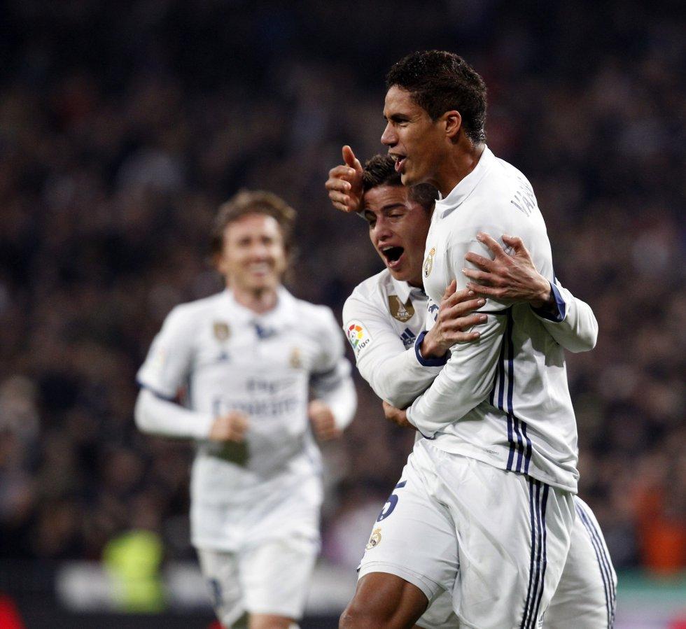 James abraza a Varane, tras el gol del francés.