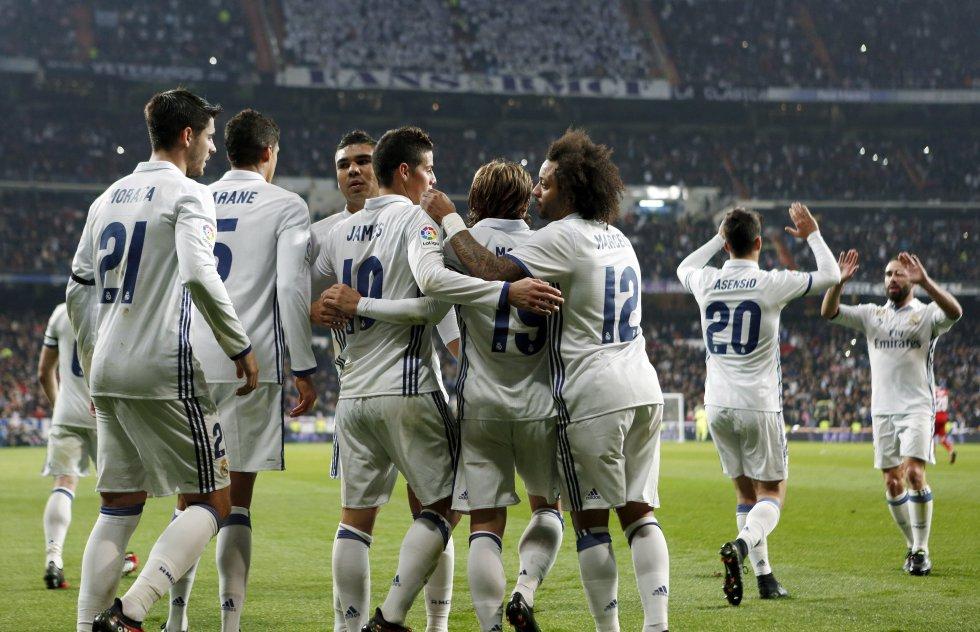 Los jugadores del Real Madrid abrazan de forma conjunta a James, tras su segundo gol.