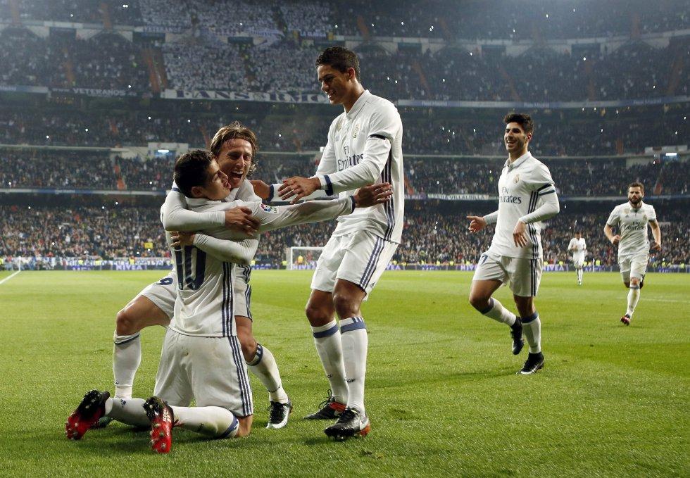 Varane y Modric celebran con James el tercer gol del Real Madrid