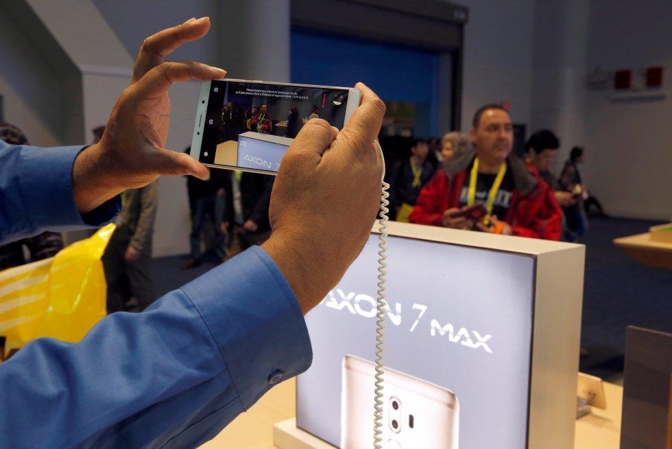ZTE mostró su teléfono Axon 7 Max, el cual cuenta con cámara de 3D.