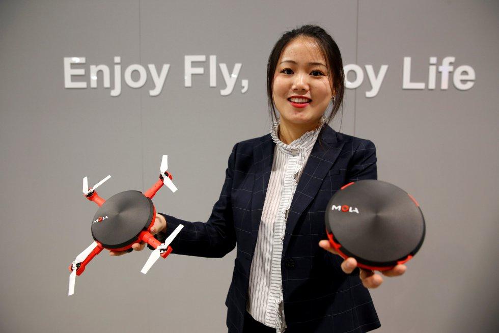 Un dron sencillo y práctico para llevar, el cual cuenta con rotores retráctiles.
