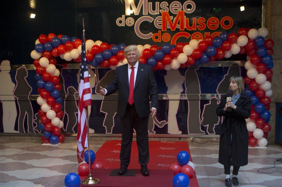 En medio de bombas con los colores de Estados Unidos, fue inaugurada la nueva efigie de Trump en Madrid