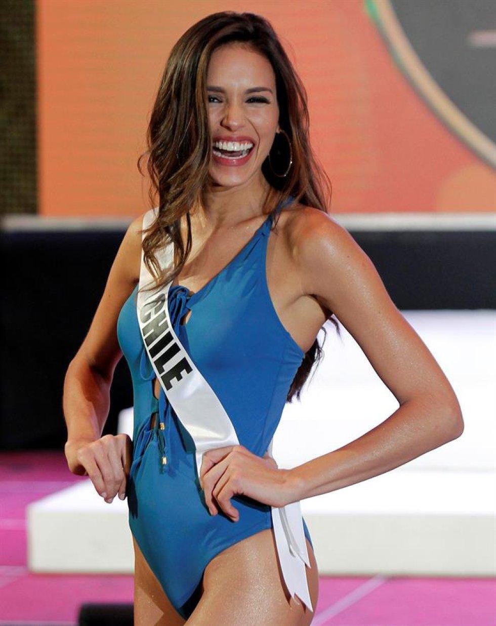 La aspirante chilena Catalina Paz Caceres participa en un desfile en traje de baño.