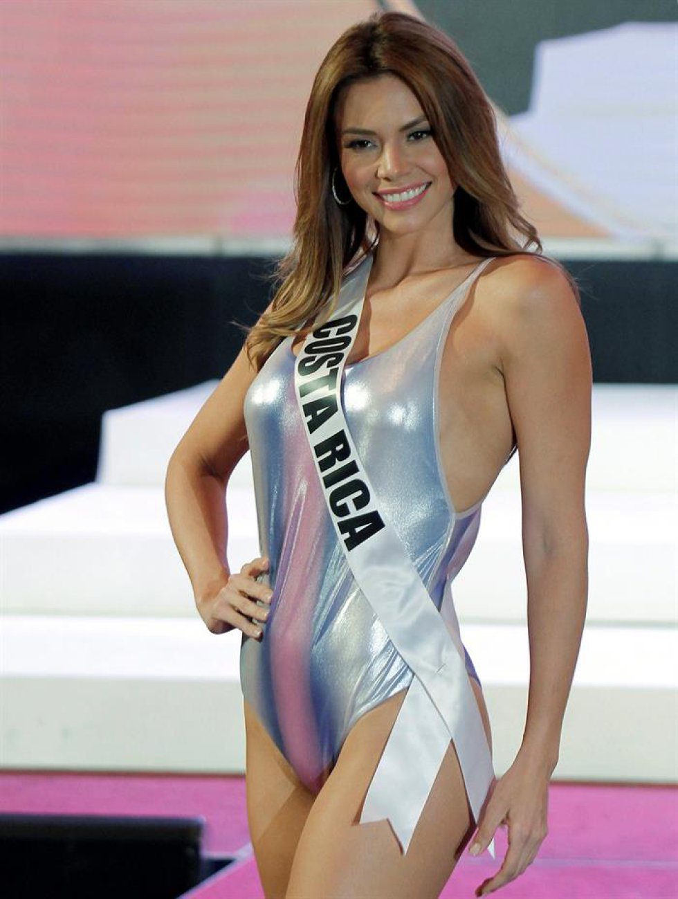 La aspirante costarricense Carolina Rodríguez participa en un desfile en traje de baño.