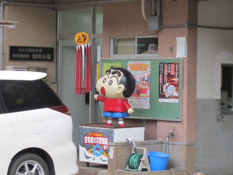El manga sobre este niño travieso está inconcluso hasta la fecha, debido al fallecimiento de su autor, Yoshito Usui, en septiembre de 2009.
