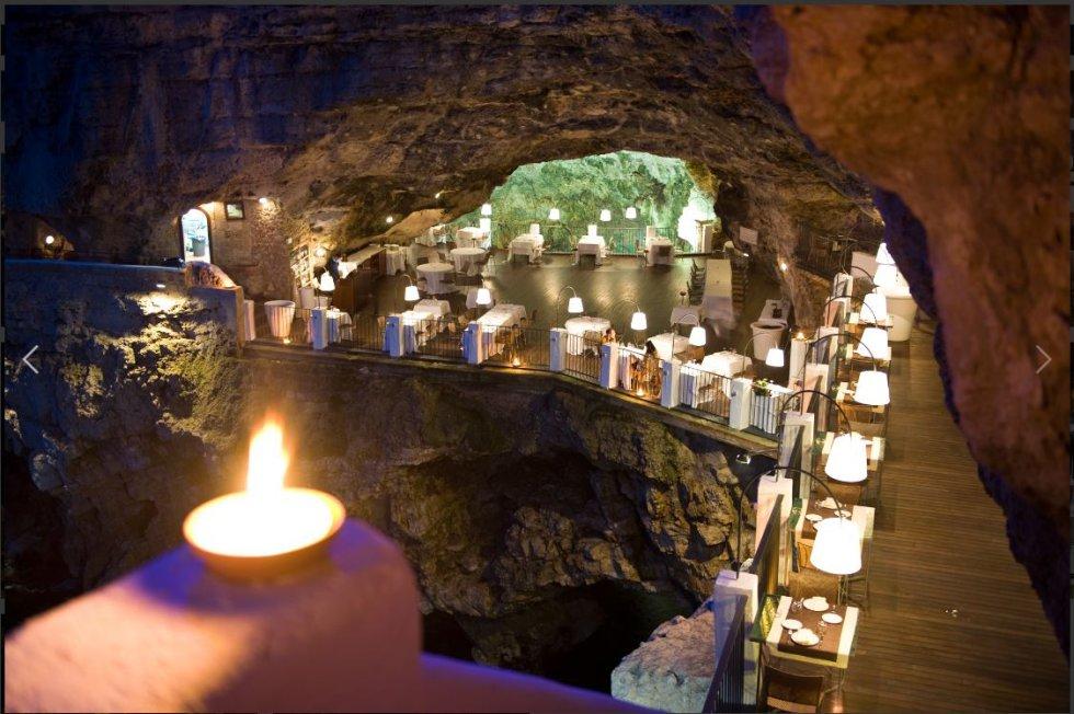 Ristorante Grotta Palazzese, ubicado en Polignano a Mare, Italia.