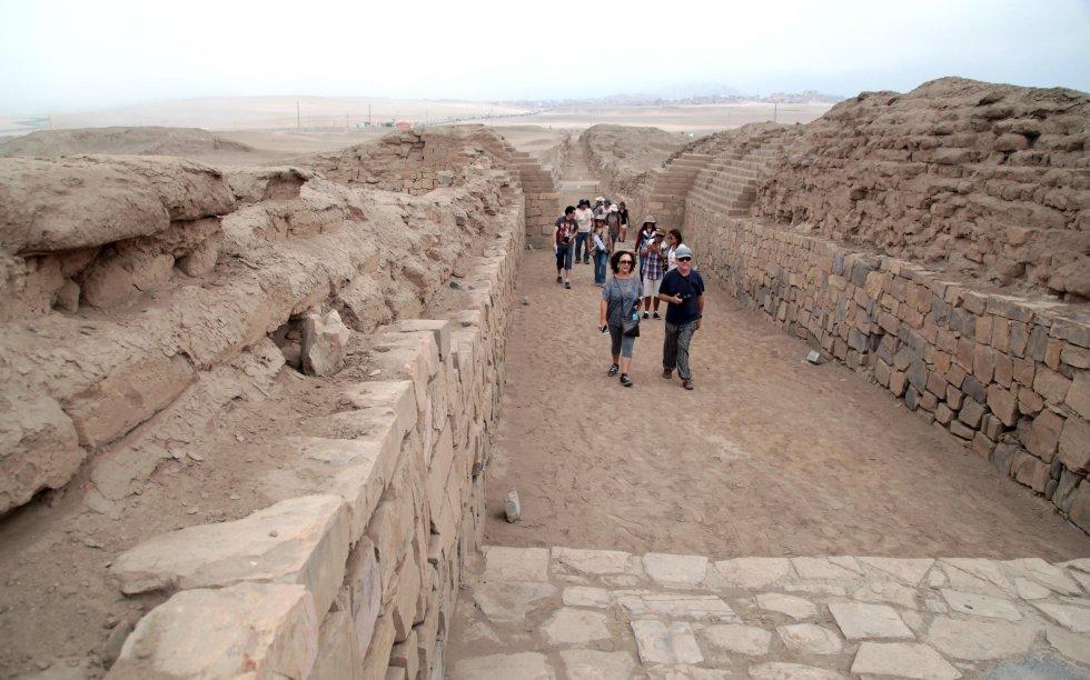 Fotografía de un grupo de turistas que recorren algunas de las calles principales del santuario dedicado al dios Pachacamac, principal deidad y oráculo de la costa central del Antiguo Perú.