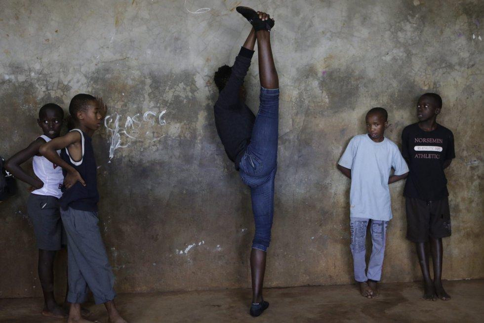 Bailarines practican en un aula de la Academia Spurgeons, que proporciona educación gratuita a unos 427 huérfanos y niños menos privilegiados de los barrios marginales de Kibera.