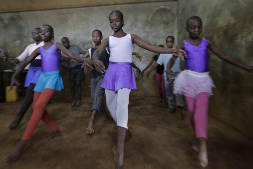 El ballet se enseña en la escuela a través de un programa dirigido por Annoís África una organización de caridad del Reino Unido que ofrece educación de artes alternativas a los niños en Kenia.