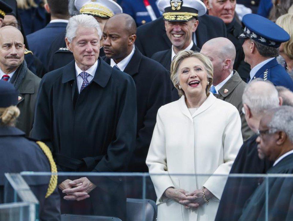 La excandidata a la presidencia, llegó con su esposo, el expresidente Bill Clinton al acto de posesión de Donald Trump en la presidencia.