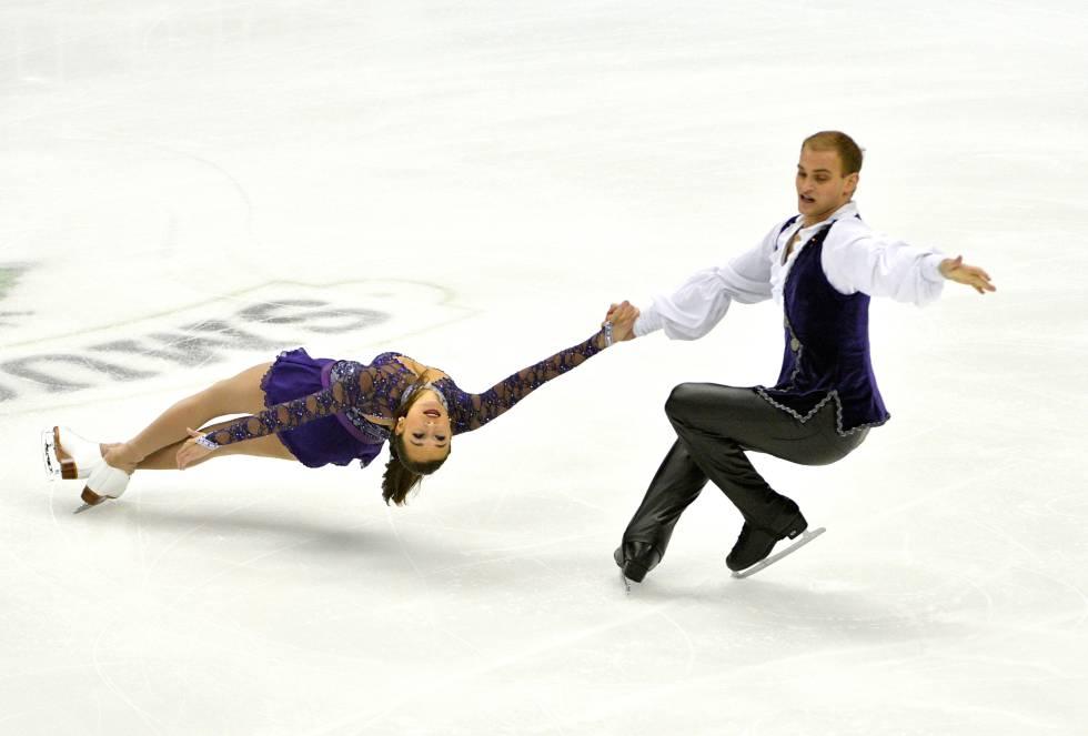 Jessica Pfund y Joshua Santillan participan en la categoría de parejas del Campeonato de Patinaje Artístico de Estados Unidos en Sprint Center.