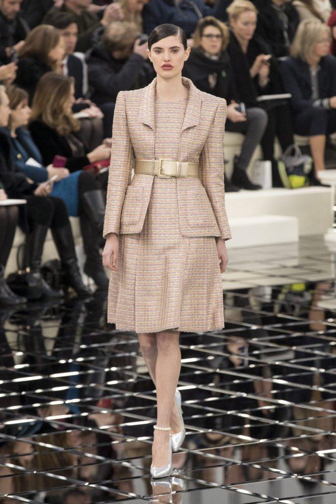 Chanel apostó por un único modelo estilo salón en plateado, efecto espejo.