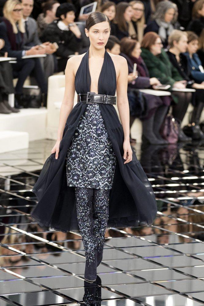 La modelo Bella Hadid presenta una creación en El Grand Palais de París.