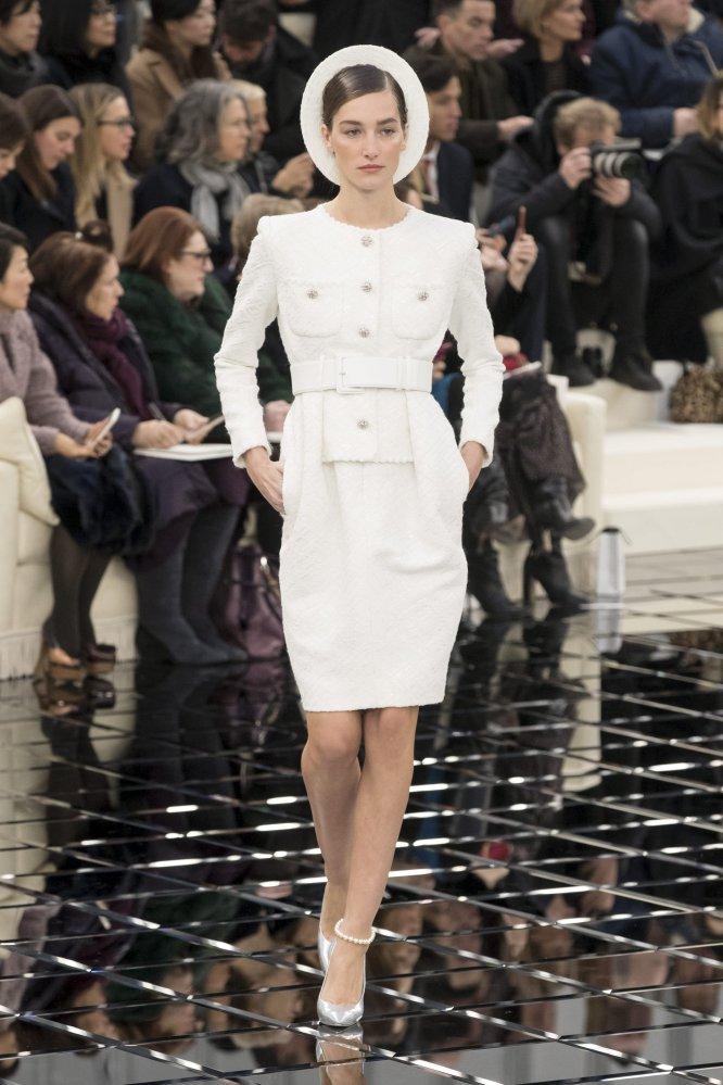 La modelo Josephine Le Tutour presenta una de las creacciones del diseñador alemán Karl Lagerfeld.