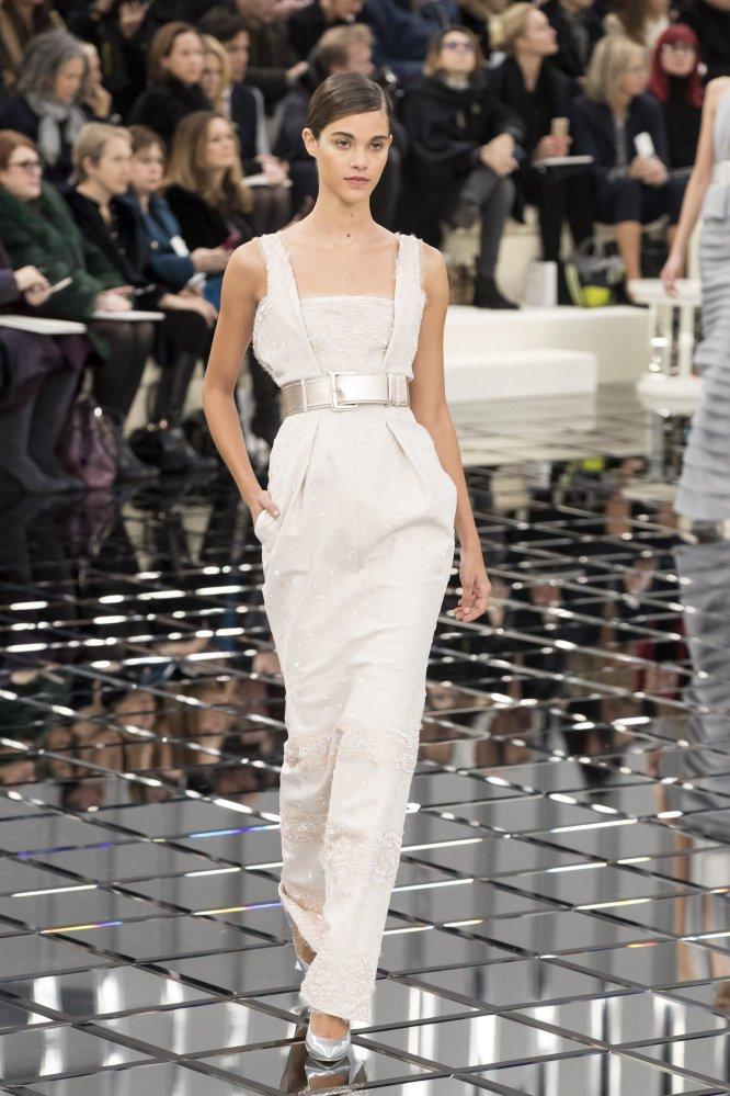 Dividida en tres estilos, la colección comenzó con la modelo Arizona Muse, que dio paso a una línea de trajes en tweed inspirado en los años sesenta.
