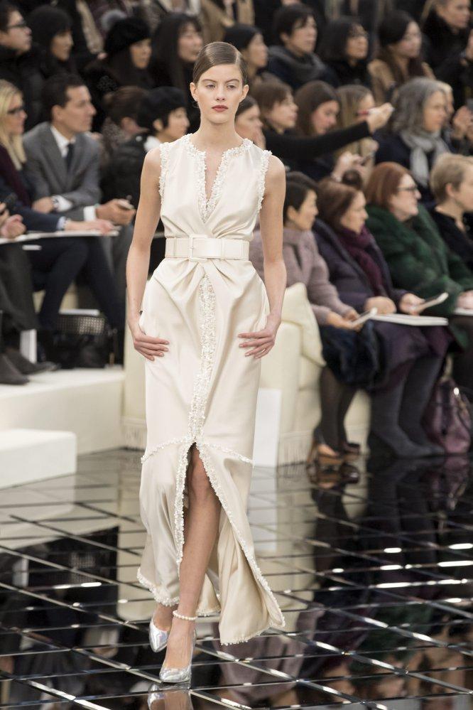 Una modelo presenta una creación de la colección de alta costura primavera-verano 2017 del diseñador alemán Karl Lagerfeld