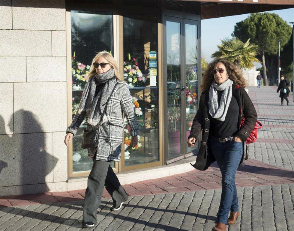 La cantante Rosario Flores (d) y Mariola Orellana a su llegada al tanatorio de La Paz.