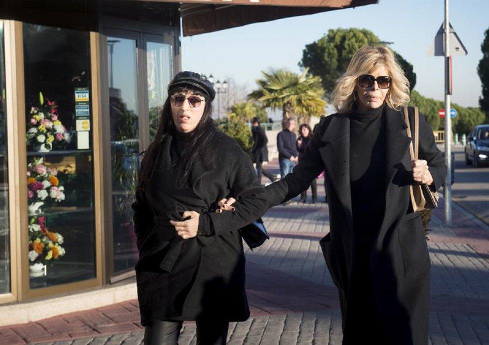 Las actrices Rosy de Palma (i) y Bibiana Fernández a su llegada al tanatorio de La Paz.