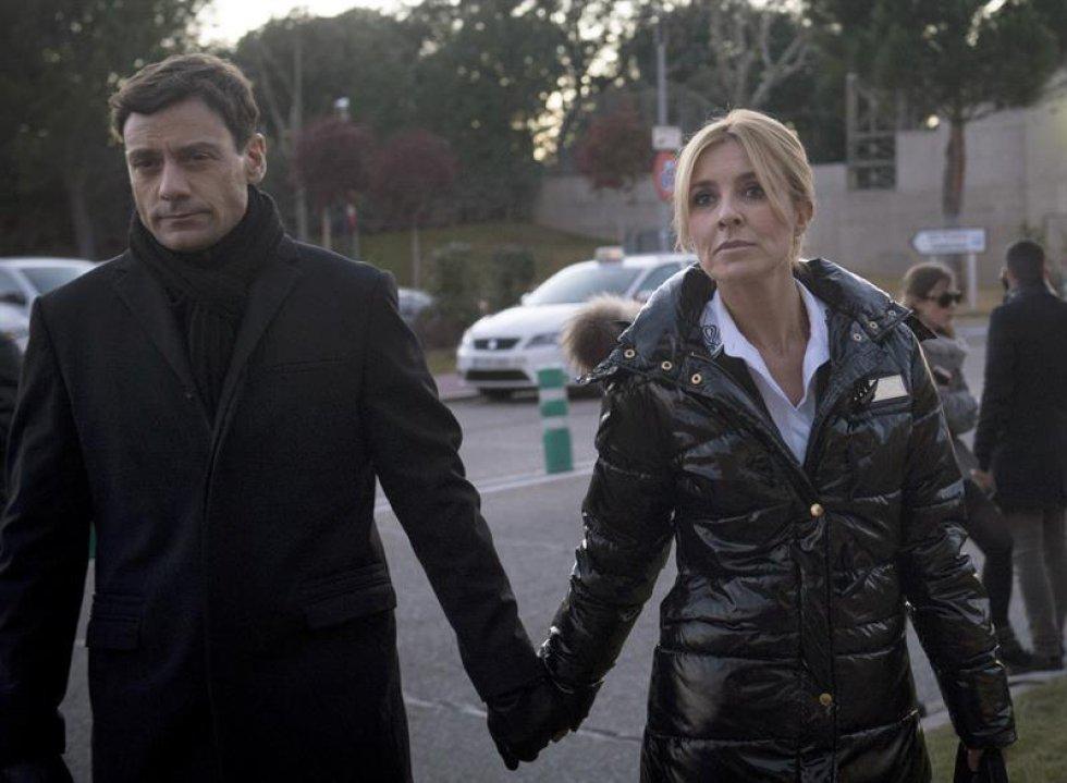 La actriz Cayetana Guillén Cuervo y su pareja Omar Ayyashi a su llegada al tanatorio de La Paz.