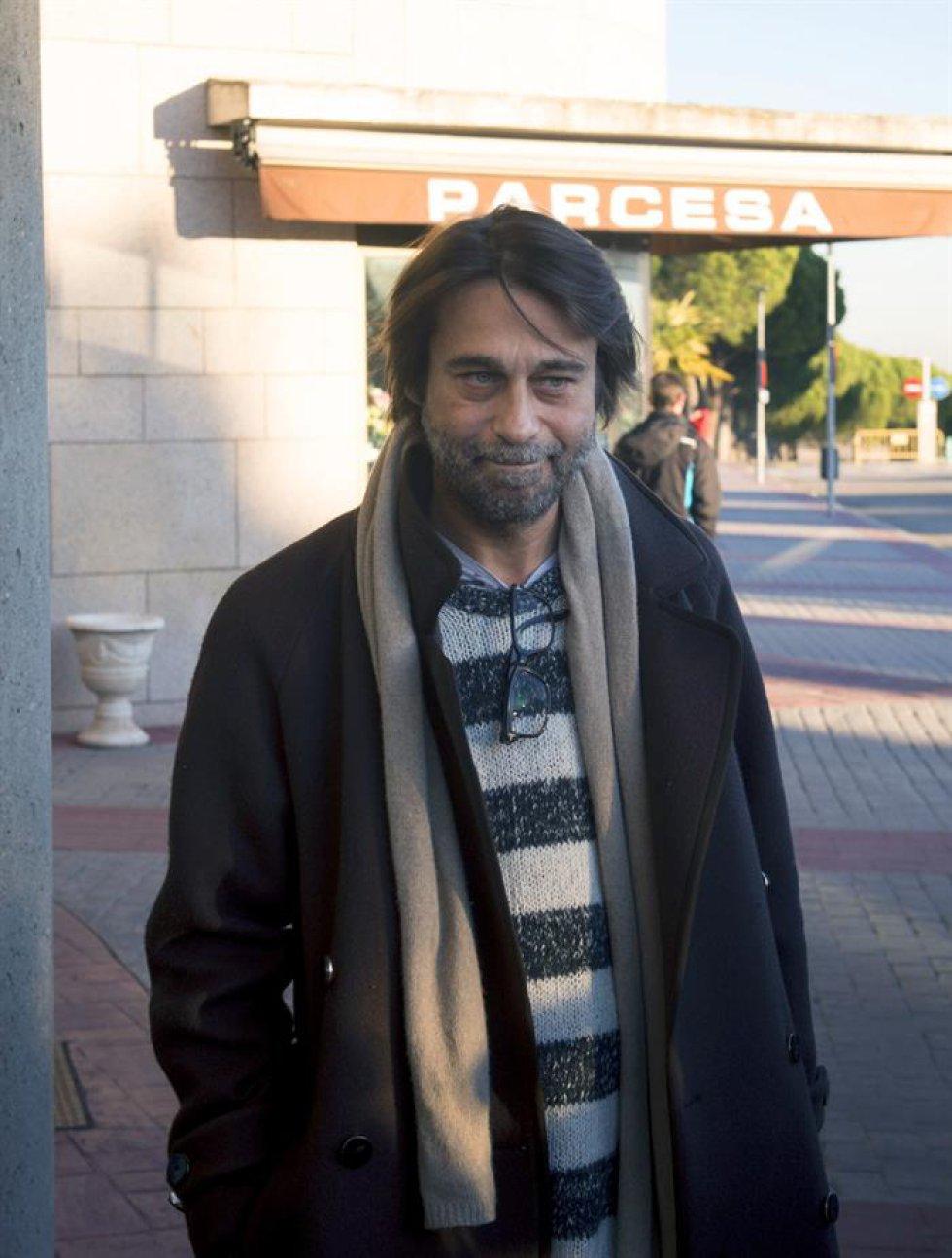 El actor Jordi Mollá a su llegada al tanatorio de La Paz.