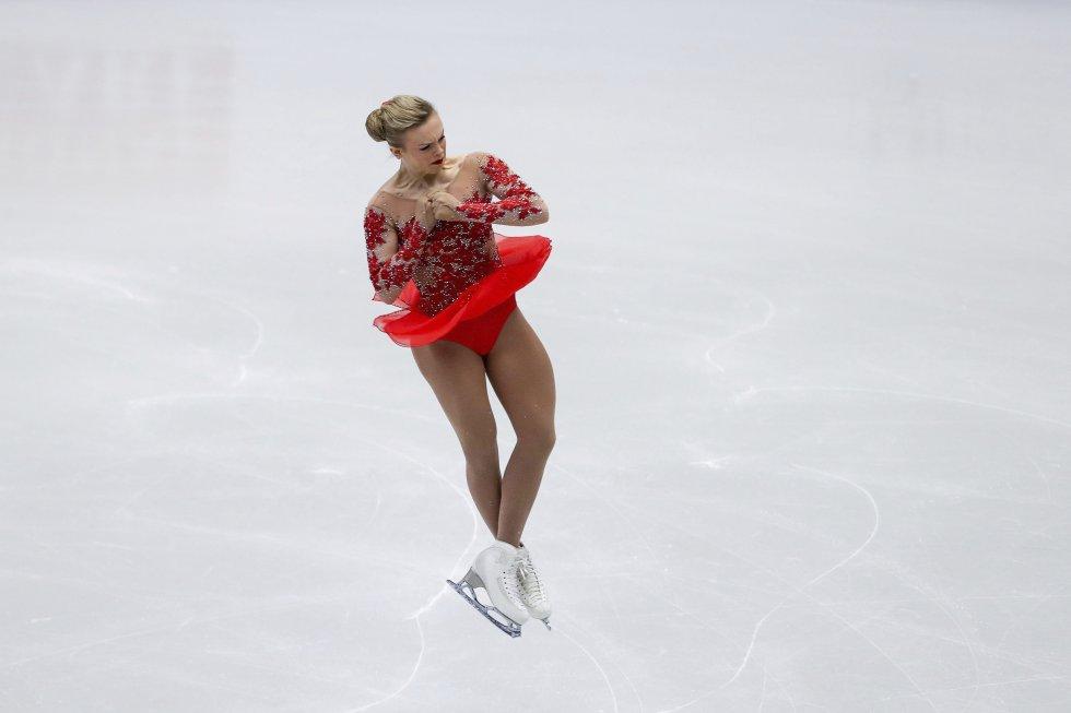 La finlandesa Emmi Peltonen realiza su programa corto individual en el que se resaltan sus figuras con las manos.