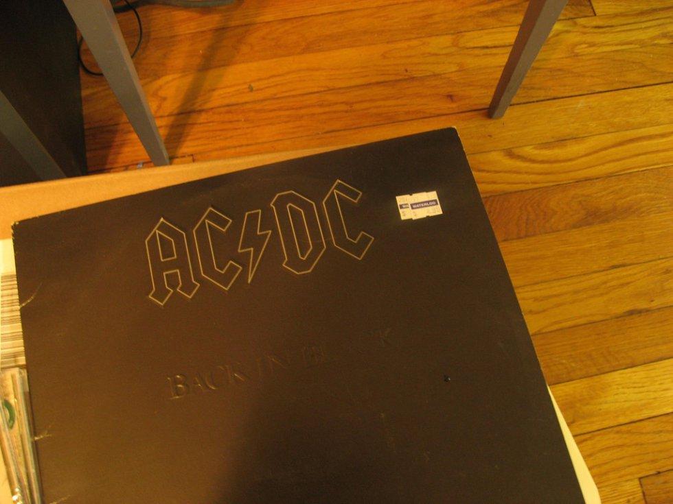 Publicado en julio de 1980 tras la muerte del vocalista Bon Scott. La banda australiana ostenta con 50 millones de copias vendidas el primer lugar.