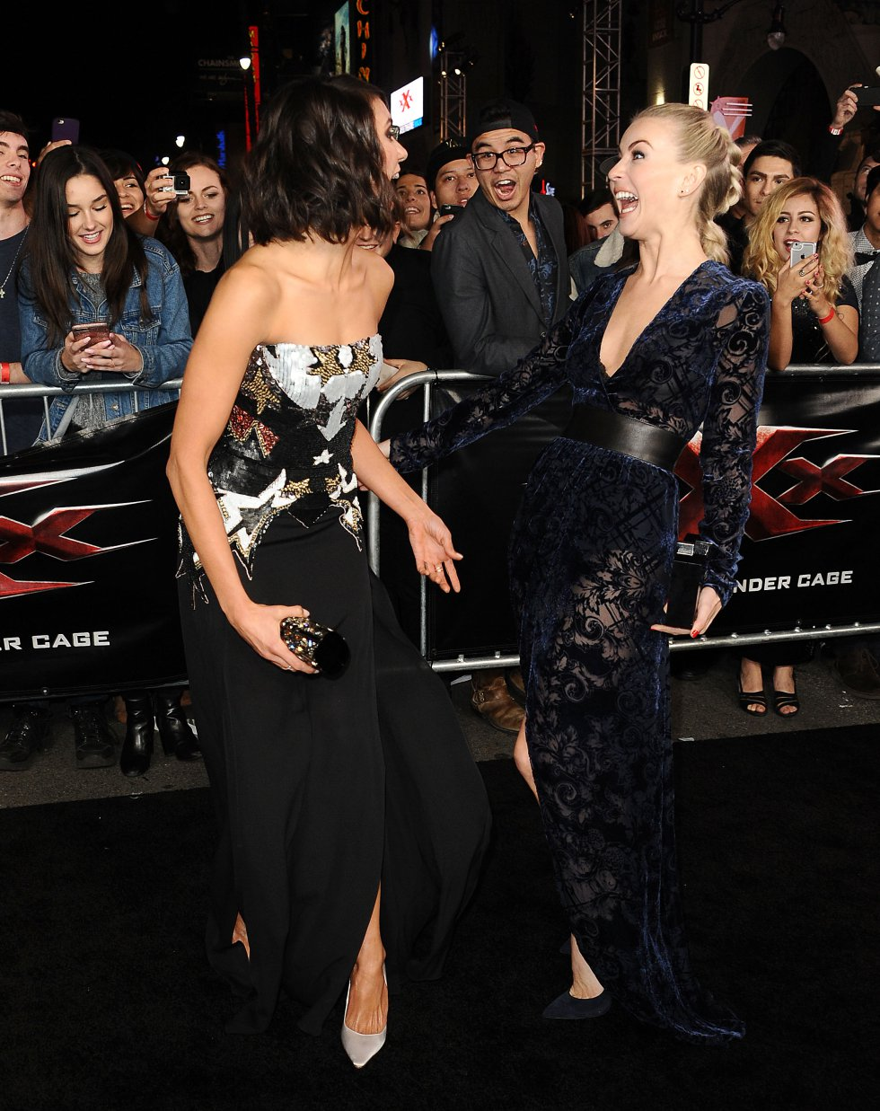 Las actrices Nina Dobrev y Julianne Hough en la premier 'xXx: Return of Xander Cage'.