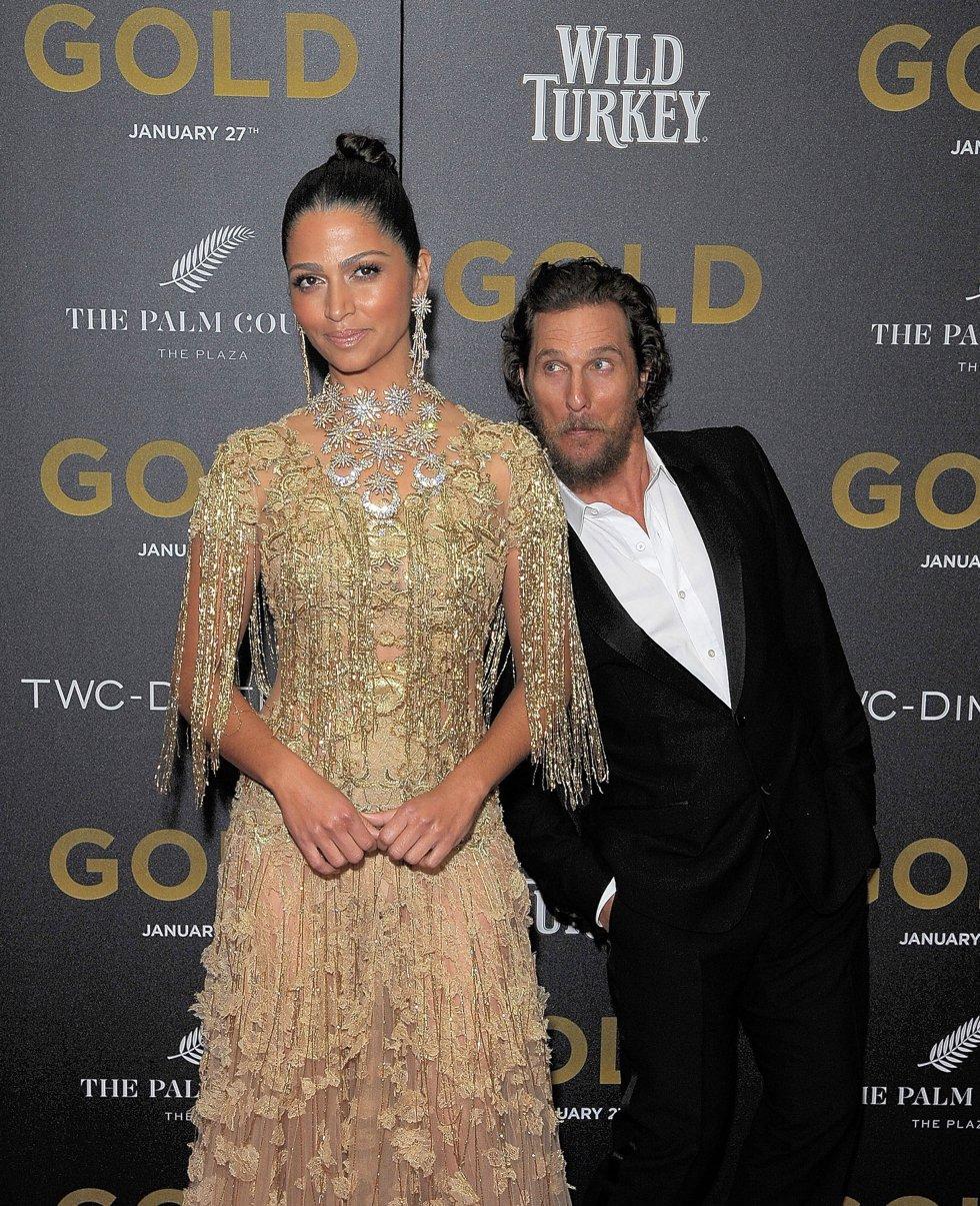 Camila Alves y Matthew McConaughey en la premier de la película 'Gold' .