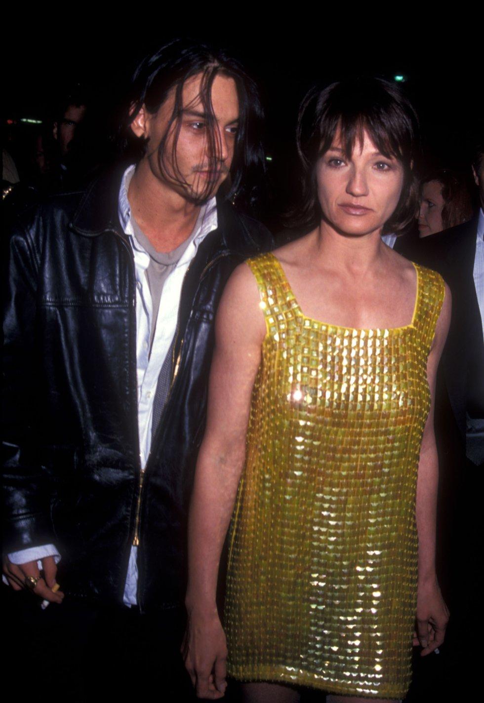 En 1994 Deep fue novio de quien era 10 años mayor que él, Ellen Barkin. Esta relación duro muy poco.