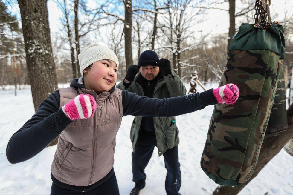 Con llantas, palos y objetos viejos, rusos crearon un gimnasio para entrenar al aire libre.